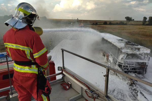 L'un des sapeurs-pompiers du SDIS60 en intervention sur l'incendie d'un bus scolaire sur la D932 entre Noyon et Guiscard