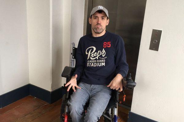 Sylvain Malard est bloqué au deuxième étage de son immeuble depuis 24 jours.