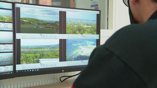 Le centre de supervision du SDIS 72 où l'on surveille les forêts de ce département.