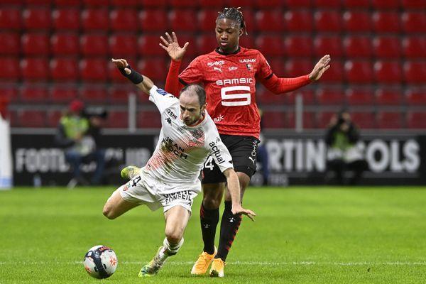 Rennes - Lorient . Championnat de France de football, Ligue 1, journée 23. Jérôme HERGAULT devance Brandon SOPPY