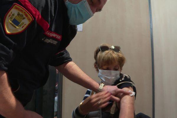 A Vailhauquès comme à Béziers, les pompiers de l'Hérault accueillent leurs premiers candidats à la vaccination.