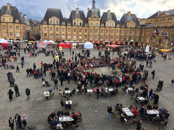 La place Ducale aux mille couleurs pendant le Festival des théâtres de marionnettes de 2017 à Charleville-Mézières
