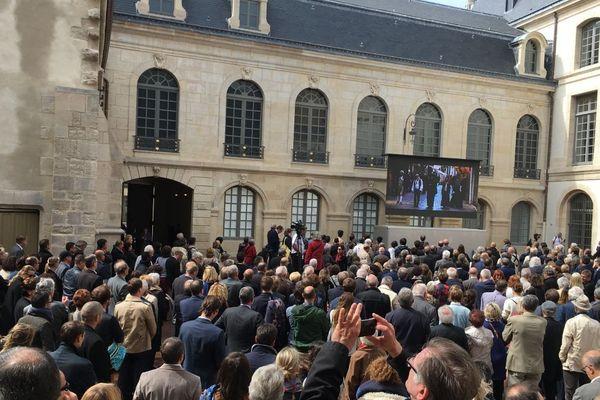 Il y a beaucoup de monde devant le musée des beaux-arts de Dijon pour l'inauguration en présence du ministre de la Culture
