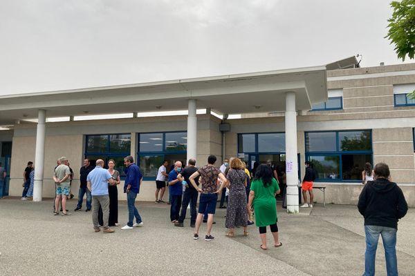 Une file d'attente s'est formée à l'entrée d'un bureau de vote de Ghisonaccia.