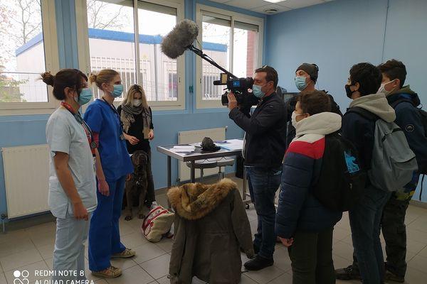 L'équipe de l'Actu des ados en tournage à l'école vétérinaire de Toulouse.