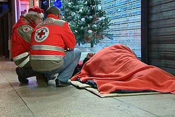 En décembre, les tournées (ou maraudes) de la Croix-Rouge sont assurées tous les jours, même à  Noël.