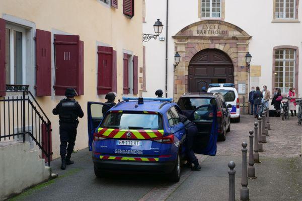 Forte présence des forces de l'ordre après l'explosion au lycée Bartholdi.