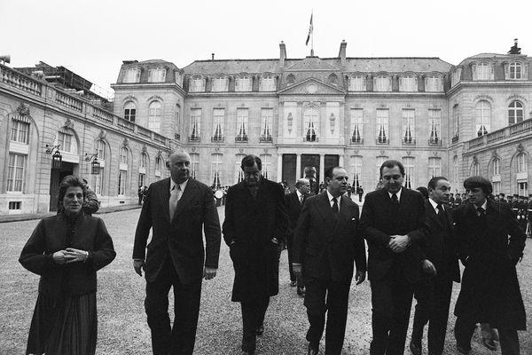 Françoise Giroud, Michel Poniatowski, Olivier Guichard, Raymond Barre, Michel d'Ornano, Christian Bonnet et le journaliste Alain Trampoglieri, le 03 janvier 1977 dans la cours du palais de l'Elysée à Paris, à l'issue du conseil des ministres.