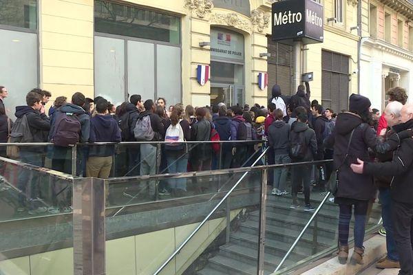 Rassemblement devant le commissariat Noailles, pour demander la libération d'un lycéen placé en garde à vue.