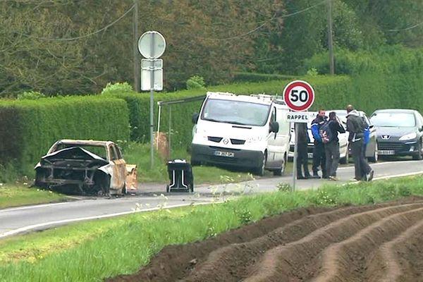 La voiture en feu a été découverte tôt dimanche matin au bord d'un chemin de campagne à Wambrechies.