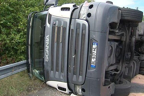 Le camion s'est renversé en fin de matinée au niveau des bretelles d'accès de l'A10 à Olivet (Loiret)