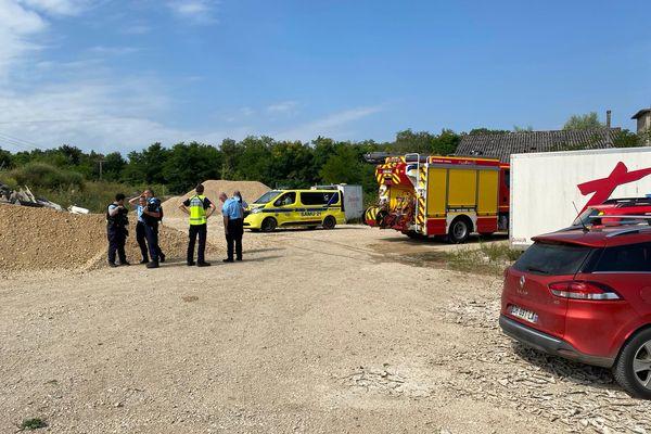 Les gendarmes et les pompiers sur les lieux de l'accident