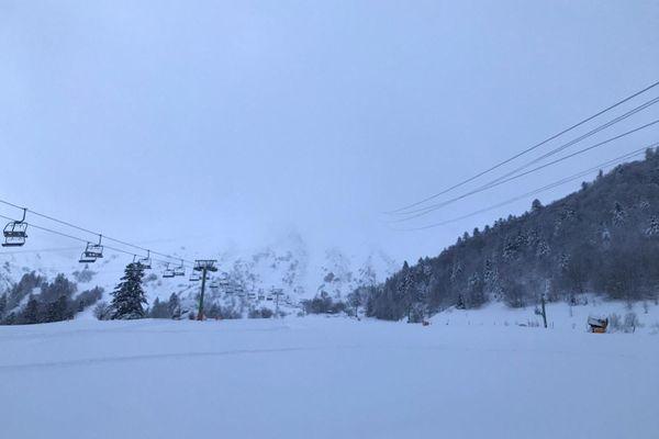 Les pisteurs du Mont-Dore sont partis déclencher les avalanches tout en haut de la station pour sécuriser le site. Ce mercredi 30 décembre, un arrêté municipal est toujours en cours pour interdire l'accès à la station du Mont-Dore.