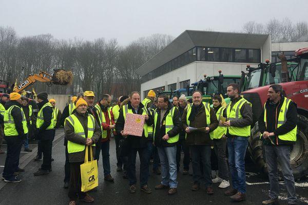 """À l'appel de la Coordination rurale, une centaine d'agriculteurs venus de toute la région ont protesté à Amiens contre les ZNT. Ils avaient préparé un """"cadeau empoisonné"""" pour Emmanuel Macron."""