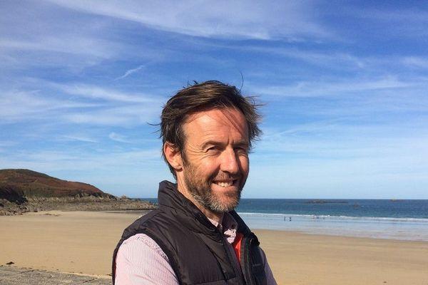 Frédéric Habasque a eu une belle frayeur à Crozon lundi. Des tirs de chasseurs l'ont frôlé alors qu'il allait surfer.