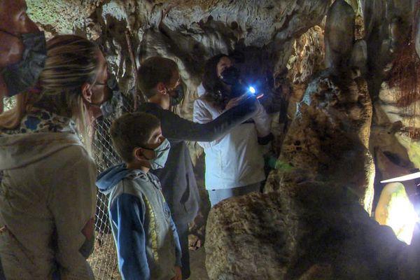 Une famille de la région lyonnaise découvrent les grottes du Quéroy, à 15 kilomètres d'Angoulême.