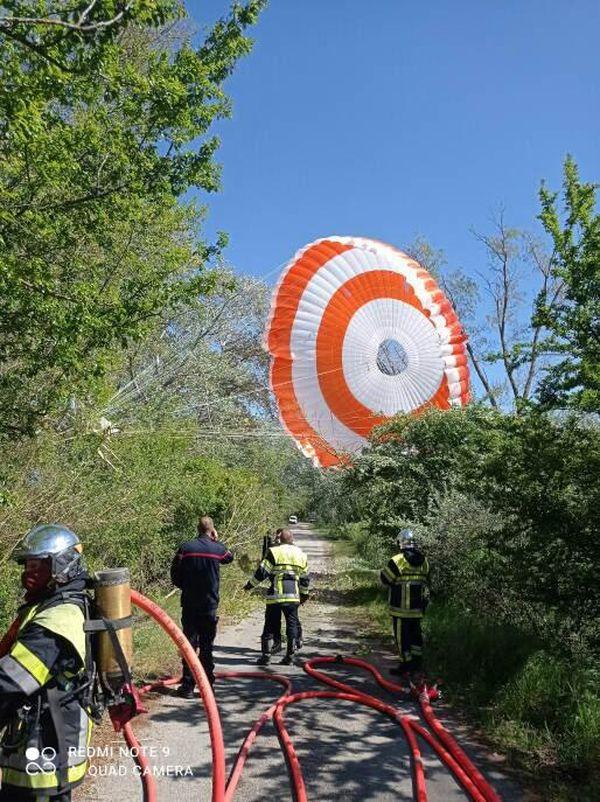 Le parachute, encore relié à l'avion