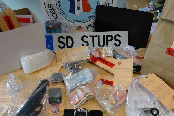 2,5 kg de résine de cannabis, 150 gr d'héroïne, 2 armes de poing, et 2700 euros en liquide saisis aux Dervallières.