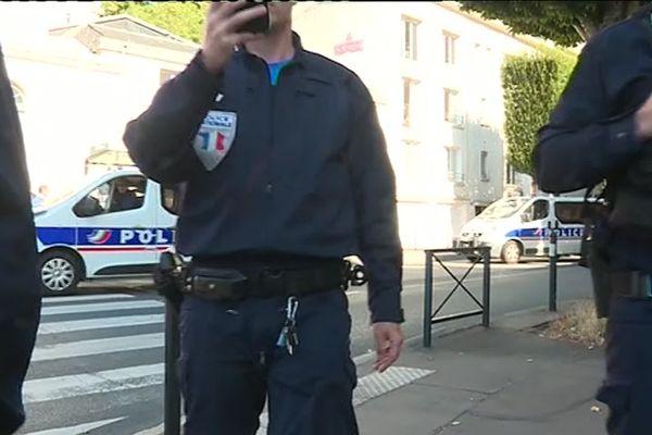 Les policiers ont mis en doute l'authenticité du brassard presse du journaliste cameraman de France 3