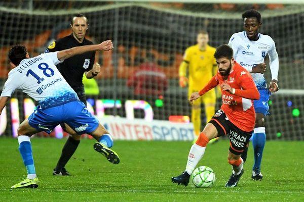 Stade du Moustoir à Lorient ( 56 ) le 13/12/2019 : 18e journée de Ligue 2  FC Lorient contre l'AJ Auxerre. Jimmy Cabot (FC Lorient) François Bellugou (Auxerre)