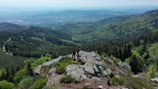 Le Pilat est pourtant l'un des rares massifs non volcanique de cette région. C'est le soulèvement alpin qui lui a donné son altitude actuelle.