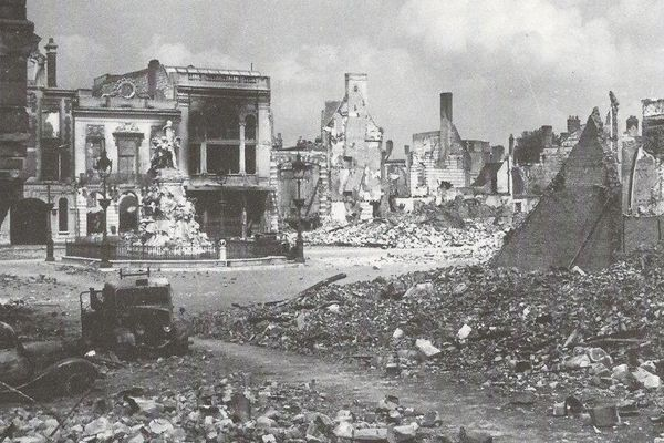 Après le passage des bombes allemandes, il ne reste plus grand chose du centre-ville d'Abbeville.
