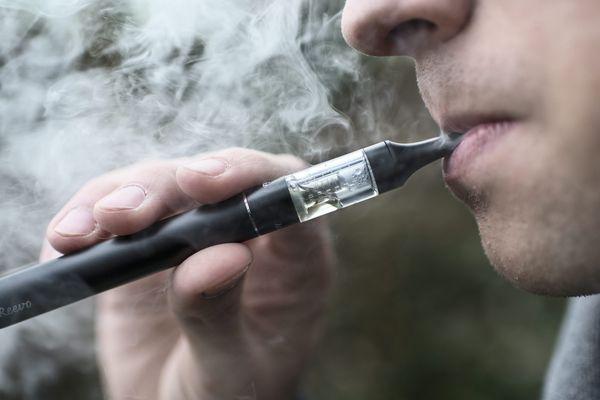 La cigarette électronique est désormais interdite en entreprise dans les espaces de travail commun