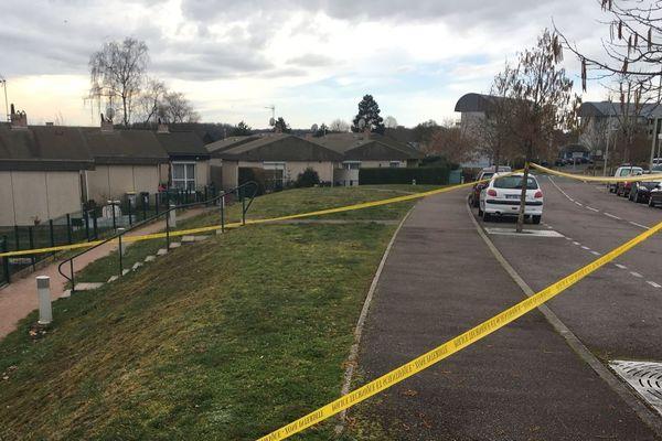 Un homme de 19 ans a été tué par balle et un autre blessé à coups de barre de fer, samedi 2 mars 2019 dans la soirée, à Torcy (Saône-et-Loire)