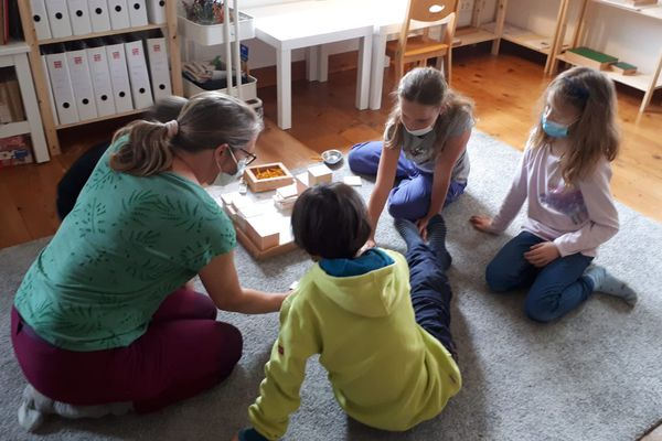 Les enfants travaillent en petits ateliers, selon les pédagogies de Maria Montessori et Célestin Freinet