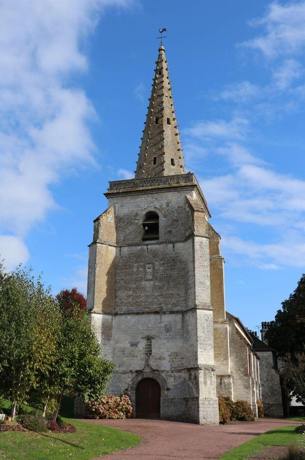 L'église Saint-Léger et sa flèche en pierre à crochets.