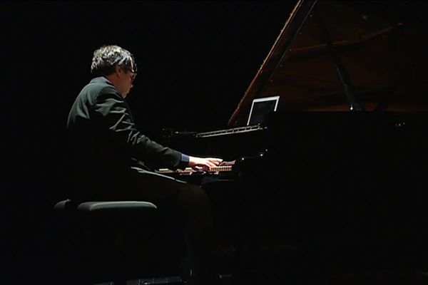 Le pianiste américain sur la scène du Moulin du Roc à Niort, hier soir.