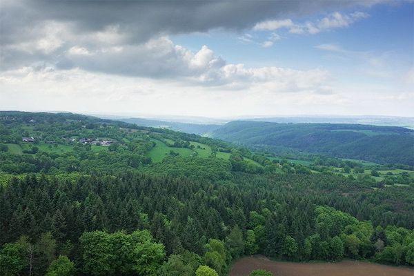 Le ciel de ce jeudi restera nuageux en matinée à St Aubert, village qui donne son nom aux spectaculaires gorges de l'Orne, prolongement de la Suisse normande.