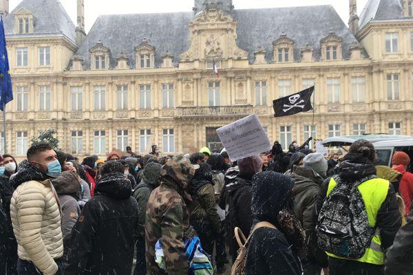 La manifestation est partie du square Colbert avant de s'arrêter un moment devant l'hôtel de ville.