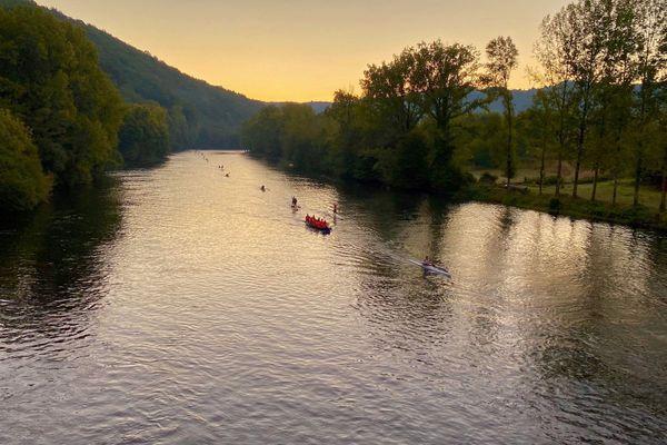 250 bateaux sur la rivière au petit matin