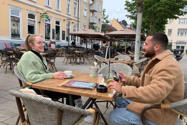 Il n'y a pas foule à Kehl ce jeudi 20 mai à la terrasse de ce café : seuls les vaccinés, les immunisés et les testés peuvent y prendre un verre