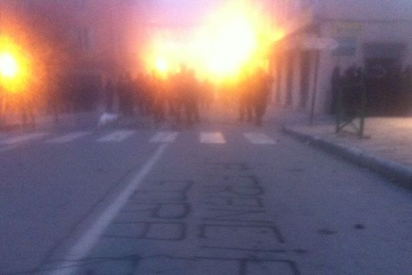 03/14/14 - En fin d'après-midi sur le cours Paoli à Corte, une centaine de jeunes manifestants nationalistes font face aux forces de l'ordre
