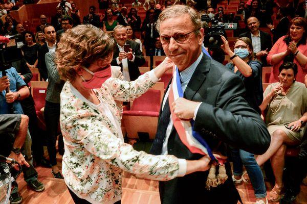 Le nouveau premier magistrat de la ville de Bordeaux, l'écologiste Pierre Hurmic : sa fidèle coéquipière Camille Choplin lui remet l'écharpe de maire.