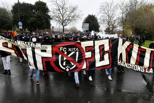 """""""FC Kita on en veut pas"""", plusieurs dizaines de supporters ont manifesté devant l'entré du stade de la Beaujoire ce 13 décembre 2020"""
