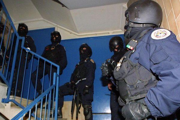 Photo d'illustration : le GIPN dans un immeuble le 06/11/2001à Nice
