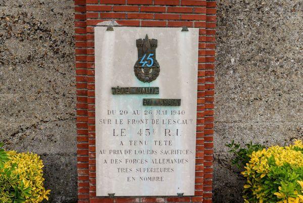Stèle en hommage au 45e RI à Bouchain.