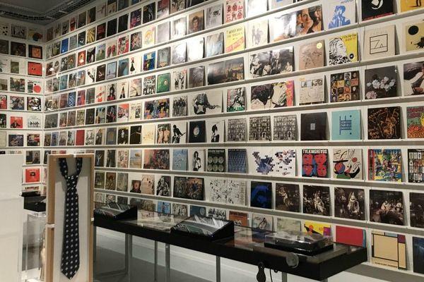 Un des moments-clés de l'exposition : un mur de 280 pochettes de vinyles, signées pour certaines par des artistes de renom comme Dali, Picasso ou Warhol.