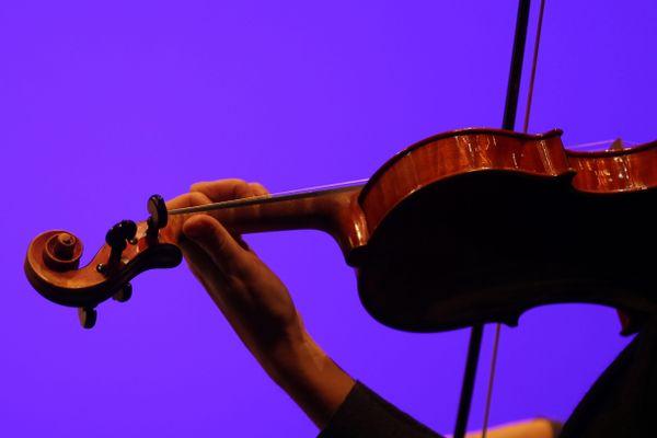 Une violoniste joue de son instrument - Photo d'illustration
