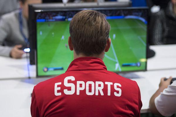 Un joueur jouant au jeu vidéo FIFA lors d'une compétition en Suisse, en novembre 2018.