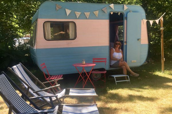 "La caravane ""Clara"" proposée aux vacanciers au camping de Chalandray dans la Vienne."