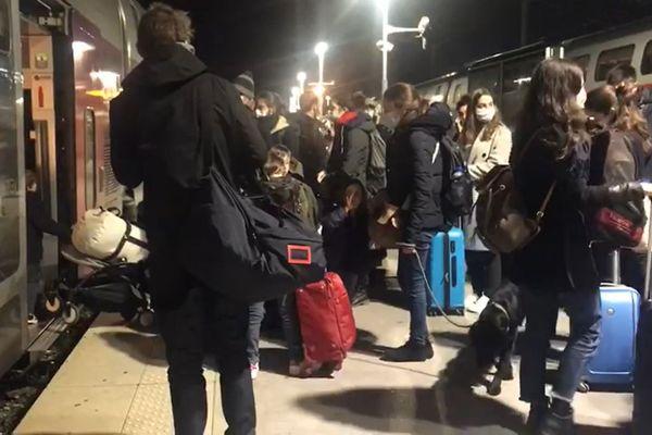 Changement de train en gare de Marseille Saint-Charles.