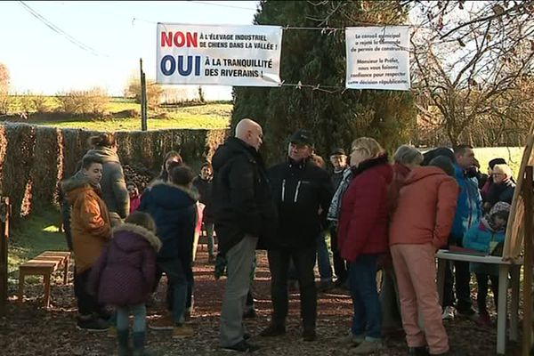 80 riverains ont manifesté ce dimanche leur opposition à un projet d'élevage canin sur la comme du Tanu, dans le sud-Manche.