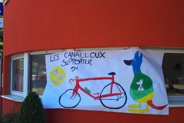 La micro-crèche Les Canailloux et sa bannière du Tour de France.