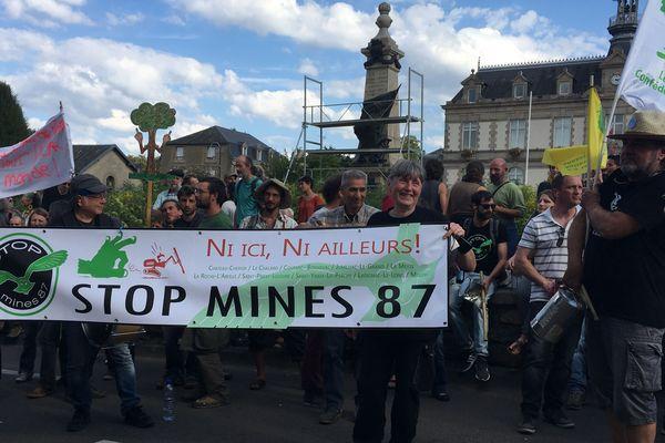 Plus de 200 personnes ont manifesté le 6 octobre 2018 à Saint-Yrieix-la-Perche contre les mines d'or.