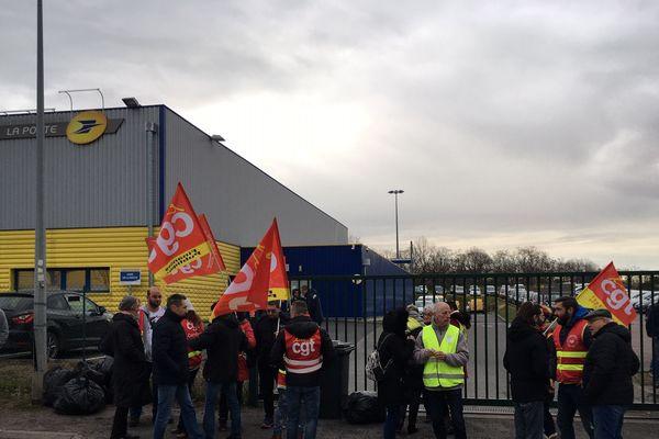 A Moulins, le centre de tri du courrier de la Poste d'Yzeure était, ce jeudi 13 février, bloqué par des manifestants en raison d'un conflit entre direction et salariés.