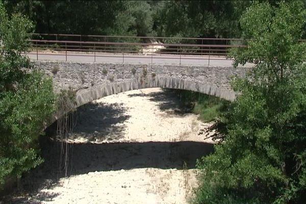 La rivière est déjà à sec en aval, une solution a dû etre envisagée pour sa préservation